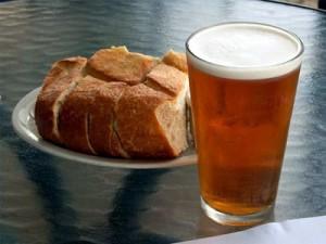 стакан медовухи и тарелка с хлебом