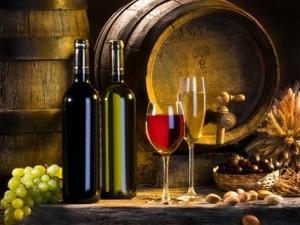 вино в бочке, бутылках и бокалах