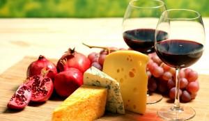 вино в бокалах, сыр, гранатины
