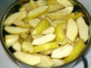 нарезанные плоды айвы