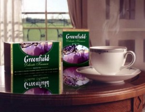 чай в пачках и в чашке на столе