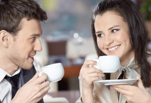 парень и девушка пьют кофе