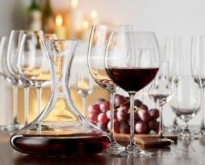 красное вино в графине и бокале