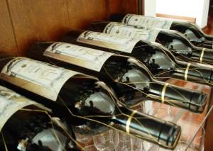 лежащие бутылки вина
