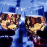 вино в бокалах в руках
