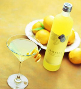 лимонный ликёр и лимоны