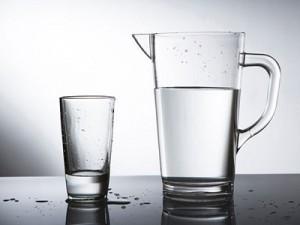 чистая вода в стакане и кувшине