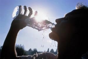 парень пьёт воду