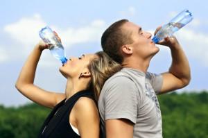 парень и девушка пьют воду