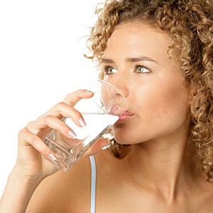 девушка, пьющая воду