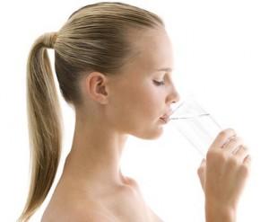 девушка пьющая воду