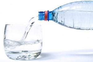 питьевая вода в бутылке и чашке