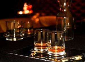 виски в стаканах олд-фешн